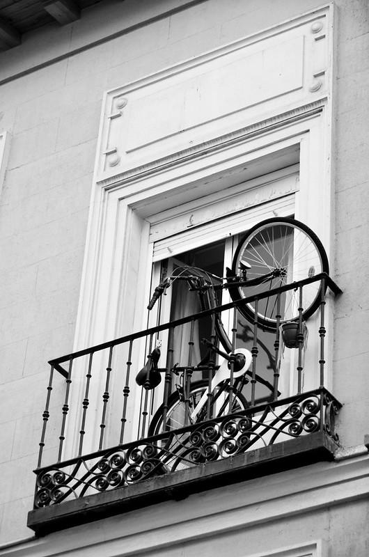 Bici en la ventana, calles de Madrid