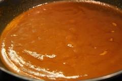 Salsa de curry rojo lista para añadir los gambones