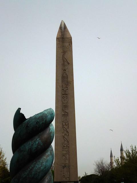 Istanbul - avril 2012 - jour 4 - 036 - Atmeydanı Caddesi - Colonne serpentine et obélisque de Théodose