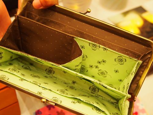 エッセイスト柳沢小実さんと作ったしあわせ運ぶひとつでふた役がまグチ財布の会 キャメルブラウンx黄緑