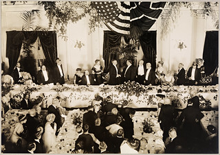Roald Amundsen og Robert Peary under overrekkelsen av The National Society's Gold Medal for ekspedisjonen til Sydpolen, 1913