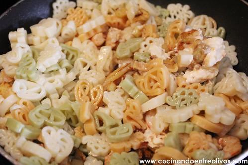 Pasta con calabacin, gambas y tomate (10)