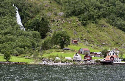 197 Pueblo desde el ferry Gudvangen-Kaupanger