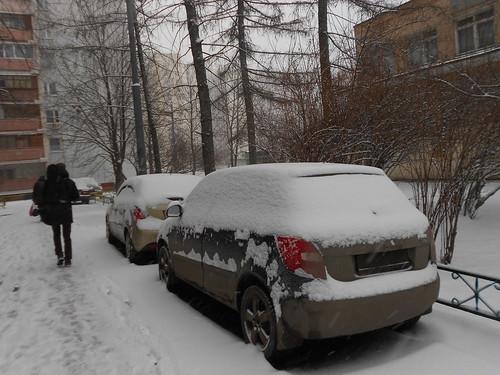 чумазые машины под снегом во вторник утром