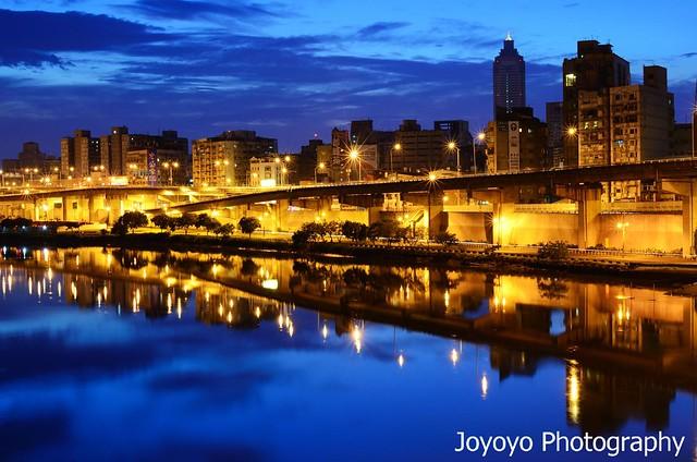 日出前的微光 中興橋上