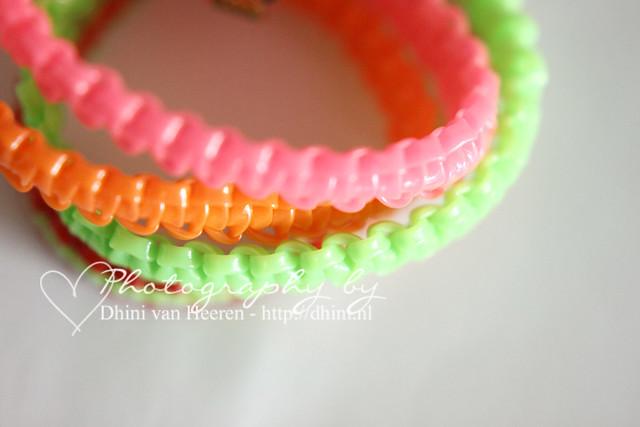 Zelfgemaakt neon armbandje