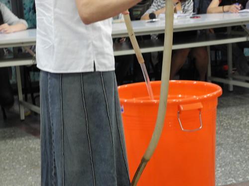 陳玉敏現場以一般流量測試兩分鐘灌進去牛肚的水,超過80公升。
