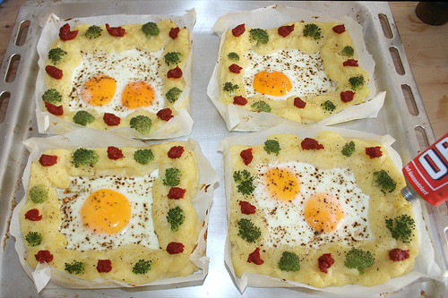 28 - Spiegelei im Kartoffelnest - Mit Tomatenmark garnieren / Fried egg in potato nest - garnish with tomato puree