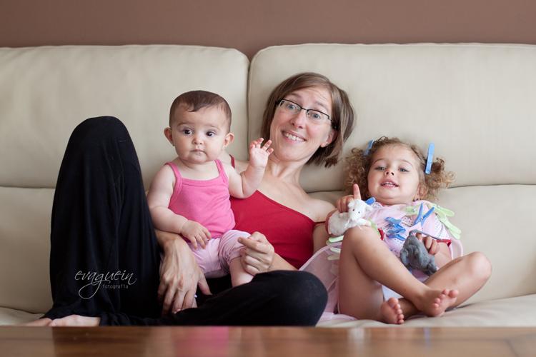 20120811Con-Val-y-Amanda-viendo-TV-pinzas007-R3-BLOG