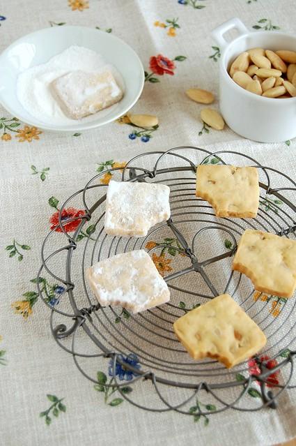 Almond and rosewater shortbread / Amanteigados de amêndoa e água de rosas