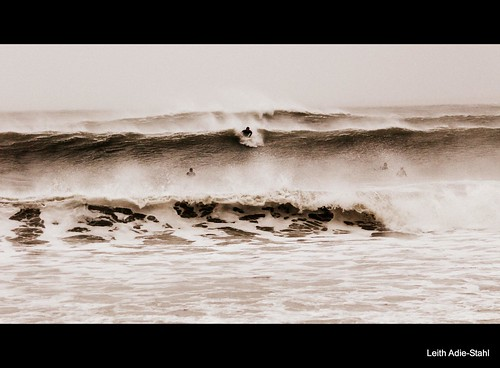 Surfers at Gooseberry Beach by leith70