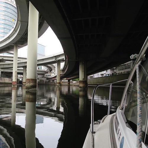 道路に覆われた日本橋川をボートでゆっくりと進んでいく。橋梁と水深に気をつけながら。 #ヤマハマリン #勝どきマリーナ