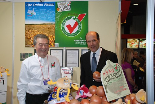U.S. Ambassador to Japan John V. Roos (right) visits a U.S. organic onion exhibit at the USDA-endorsed FOODEX Japan. The food and beverage show took place March 6-9 and is the largest show of its kind in Asia. The U.S. Pavilion was one of the largest at the show and featured more than 70 companies. (Photo Courtesy of the U.S. Embassy in Tokyo)