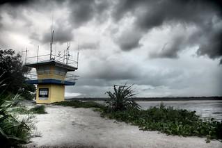 Imagem de Noosa Main Beach. coastguard water sepia clouds dawn hut noosa shrubs hdr noosaville topazadjust