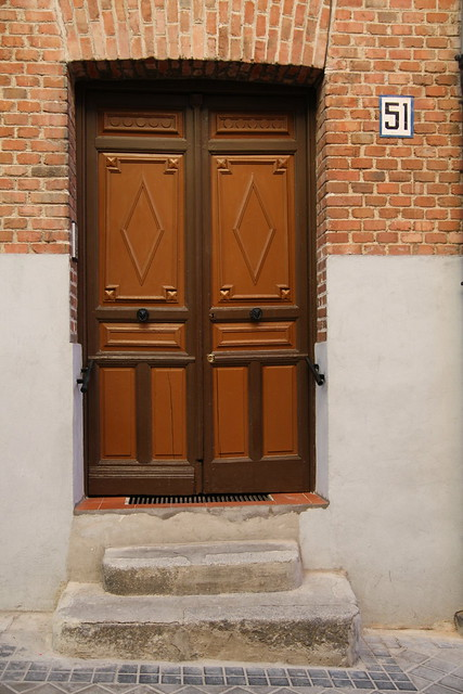 Portal en altura en Tetuán con dos antiguos escalones