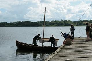 Rahseglertreffen Vorbereitungen - Slawenboot Perun an der Landebrücke unten am Hafen von Haithabu - Museumsfreifläche Wikinger Museum Haithabu WHH 12-07-2012