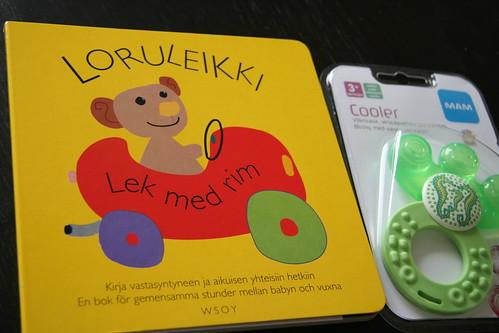 媽媽包裡,也附上讓爸媽與初生嬰兒互動的童謠詩歌遊戲書與小玩具