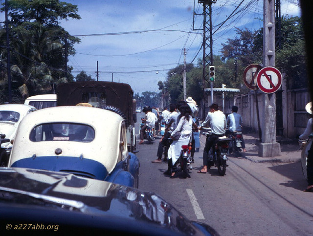Đường Công Lý - Traffic in Saigon in 1969 from a taxi - Photo by Wayne Trucke