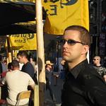 DJ Vincent Meloche assiste au party terrasse Corona sur la rue crescent !