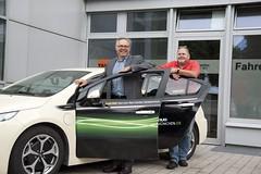Peter Köhl und Wolfgang Kuzinna am Opel Ampera-Taxi