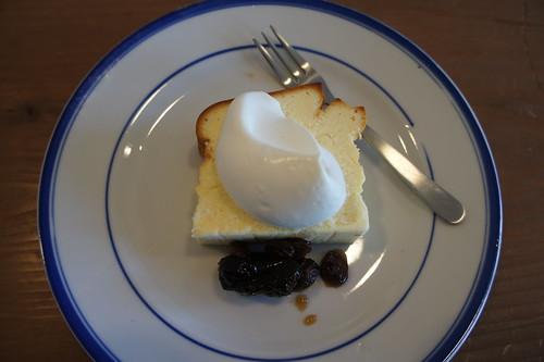 ベイクドチーズケーキ。ラムレーズンとプルーン添え。