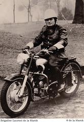 Laurent de la Marck en uniforme, sur sa moto