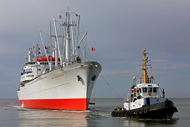 TAUCHER O.WULF 3 tows CAP SAN DIEGO in front of Cuxhaven