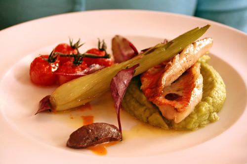 Filet de rouget, purée de basilic, sauce tomates cerise, Tapenade