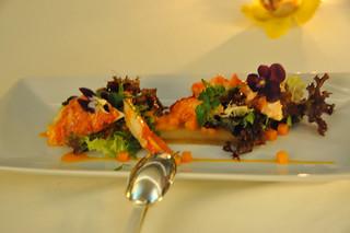 Ensalada de bogavante con brotes tiernos verdes y gelatina