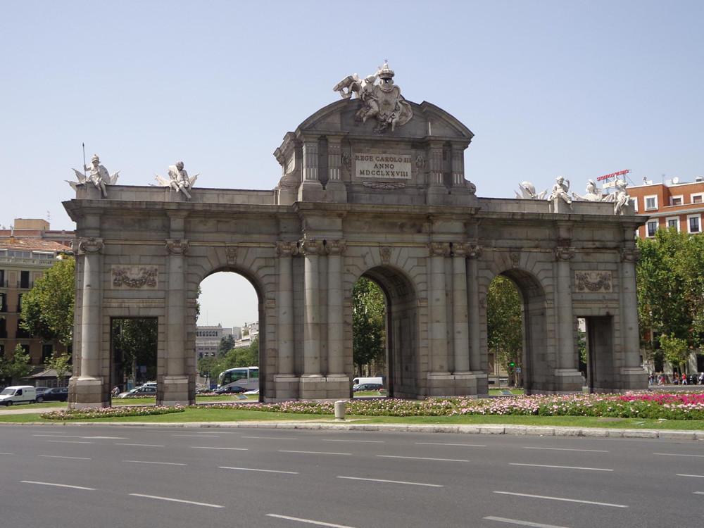Puerta de Alcalá; vanaf de buitenkant, de stad inkijkend