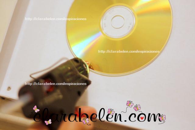 Centro de velas o adorno para la puerta con un cd