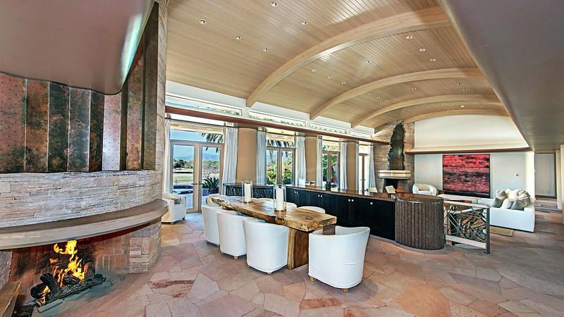 Дизайн зала с камином и баром