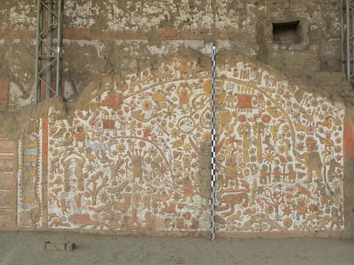 La Huaca de la Luna: le Mur des Mythes avec un chien péruvien (sans pelage), des sacrifices humains (corps sans tête), des animaux, des barques en roseaux, etc.