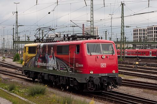 Die 111 024 rollt in den Münchner Hauptbahnhof ein