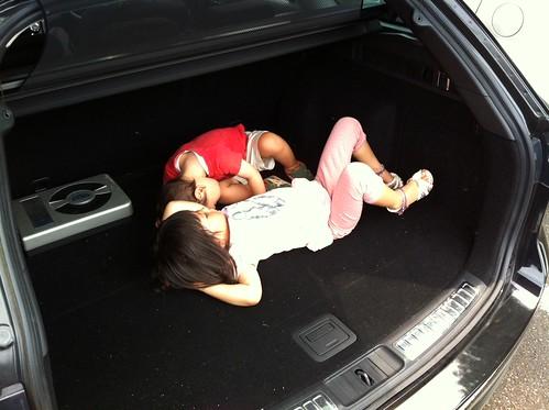 広いトランクで寝転がるの、楽しい!