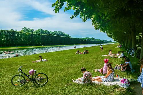 Versailles Gardens - En lisant sur l'herbe