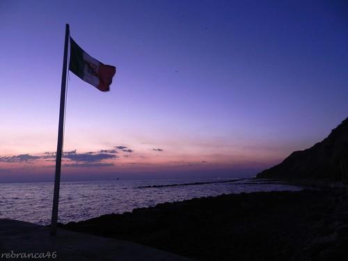 "friends sunrise alba flag 1001nights bandiera rebranca ""nikonflickraward"" casteldimezzopu allegrisinasceosidiventa 1001nightsmagiccity italy2012"
