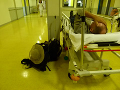 vr, 05/10/2012 - 13:56 - 015. Paul op de brancard in het ziekenhuis van Réunion