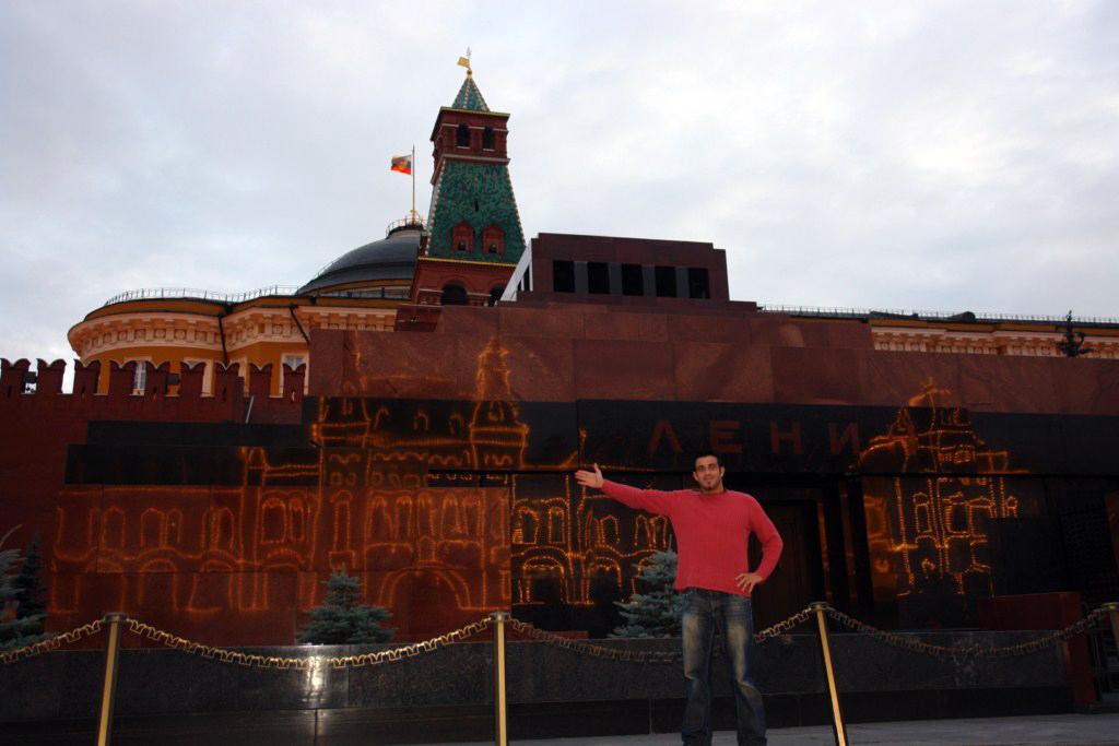 Impresionante imagen del edificio GUM y sus luces reflejado sobre el mármol del Mausoleo de Lenin Plaza Roja de Moscú, el lugar más importante del país más grande. - 8160907793 4094969aec o - Plaza Roja de Moscú, el lugar más importante del país más grande.
