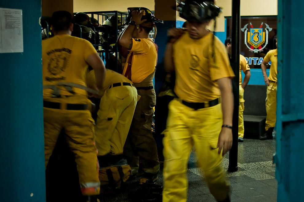 Los bomberos de Sajonia se equipan urgentemente para tripular los móviles y dirigirse a un incendio de edificio reportado en la zona de Herrera y Tacuary en la madrugada  del 17 de marzo.  En cada salida a incendios los bomberos deben vestir la bota, el pantalon (jardinera), la cotona (chaqueta) y el casco, además de los otros accesorios como linternas, cabo de vida, guantes, navaja, monja. (Elton Núñez)