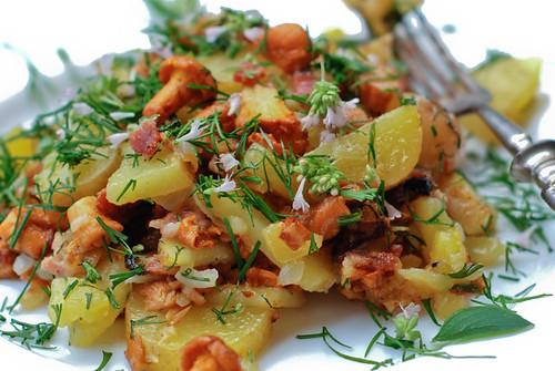praetud värsked kartulid kukeseente, sibula ja suitsusingiga