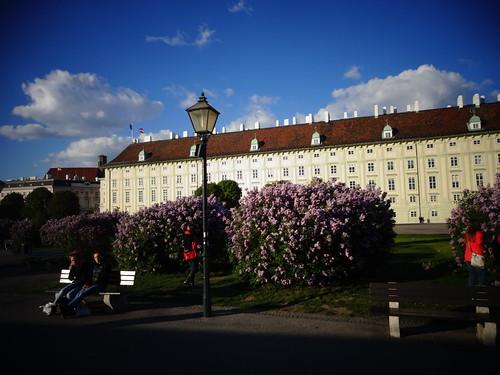Wien, 1. Bezirk, Art of Facades of Vienna, Hofburg (Leopoldinischer Trakt/Heldenplatz) – Heldenplatz (the place of the heros – two of them enjoying the sun!)