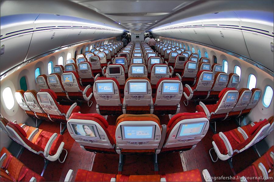 Салон эконом-класса самолета Boeing-787 Dreamliner