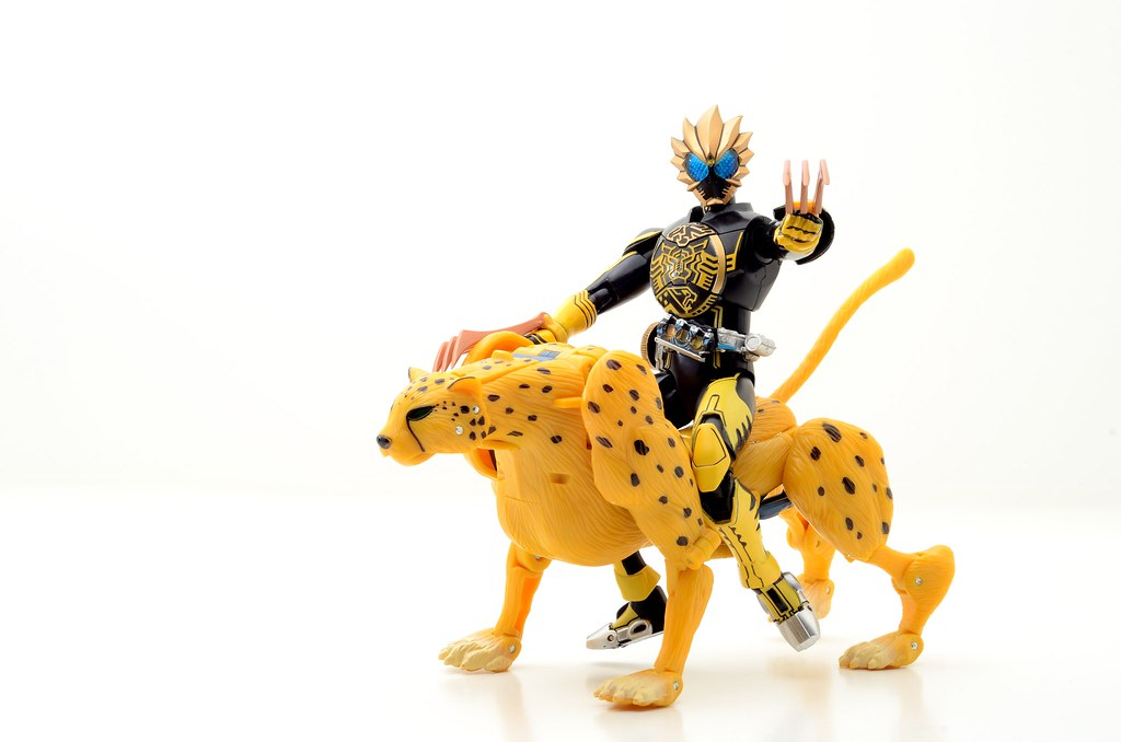 SHFiguarts Kamen Rider OOO Latorartar + Transformers Classics 2.0 Cheetor