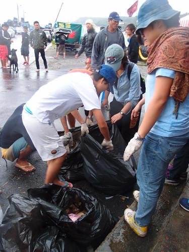 工作人員將淨灘後的垃圾予以分類,本次淨灘,一小時共清出165.5公斤的垃圾。