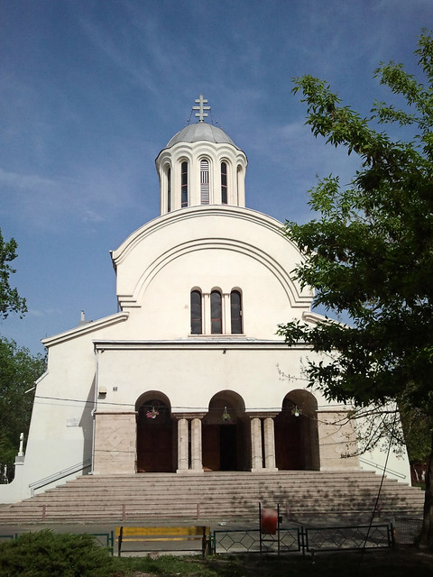 [Biserica Sfinţii Împăraţi Constantin şi Elena, lângă Piaţa Eudoxiu Hurmuzachi, fostă Muncii, fostă Bariera Vergului; fotografie de Alex Panoiu, pe Flickr]