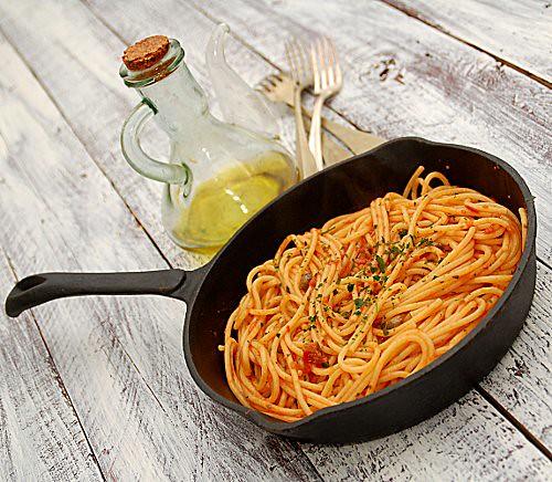 spaghetti al sugo di olive, acciughe, capperi
