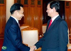 NguyenTanDung Photos posted a photo:	PM Nguyen Tan Dung urged Vietnam and Thailand to seek ways to beef up trade and investment linkages during his reception to visting Thai Minister of Commerce Boonsong Teriyapirom.nguyentandung.info/pm-nguyen-tan-dung-viet-nam-thailand-s...