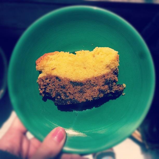 Fatia de bolo de laranja e chocolate.