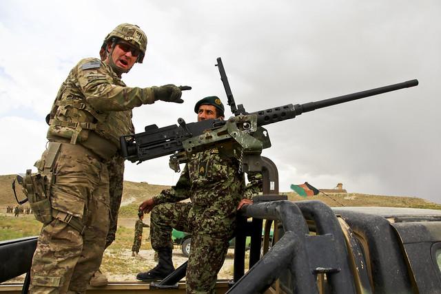 Εκπαίδευση Αφγανών στρατιωτών στο πολυβόλο M2 .50 από στρατιώτες των ΗΠΑ (Φωτογραφία: US Army)